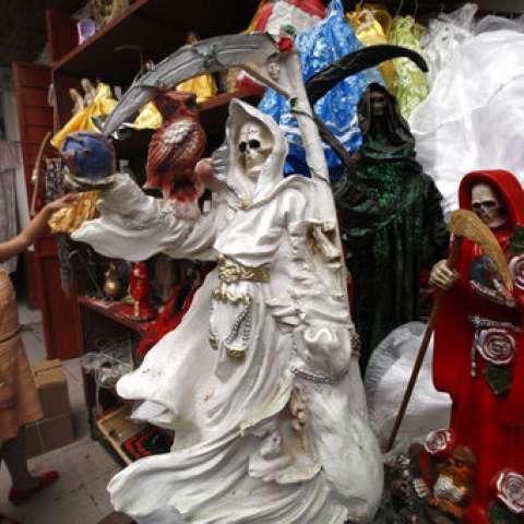 Sus seguidores la conocen como La Santa Muerte, Niña Blanca, La Flaca o simplemente Hermana y es una respuesta transformadora a sus oraciones. AP