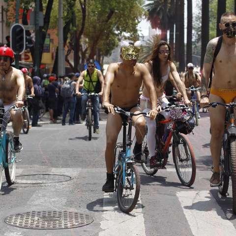 """Un grupo de personas se concentraron para realizar la """"XIII Rodada Mundial Ciclista al Desnudo"""" denominada """"¡Desnudos ante el tráfico!"""" para protestar y crear conciencia sobre la dependencia de los combustibles fósiles y el uso indiscriminado del automóvi"""