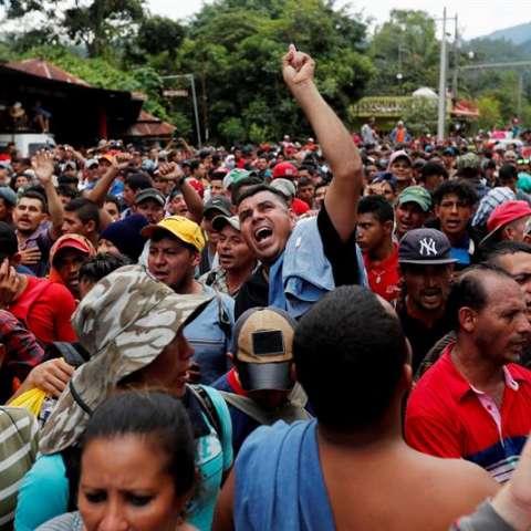 En la caravana, que anoche pernoctó en Esquipulas, ciudad que en su principal iglesia guarda al Cristo Negro, símbolo de la fe guatemalteca y centroamericana, van muchos niños y mujeres, incluso algunos adultos con impedimentos físicos. EFe