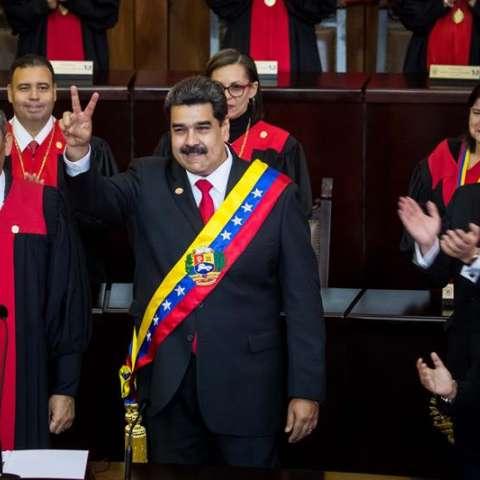 """El presidente de Venezuela, Nicolás Maduro, dijo hoy estar listo para seis años más en el poder como un """"demócrata"""" en el inicio de su segundo mandato, cuya legitimidad es cuestionada por la oposición local y numerosos gobiernos extranjeros. EFE"""