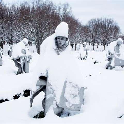 Las estatuas del monumento Conmemorativo a los Veteranos de la Guerra de Corea permanecen cubiertos de nieve tras la primera gran nevada del año, en Washington DC, Estados Unidos. EFE
