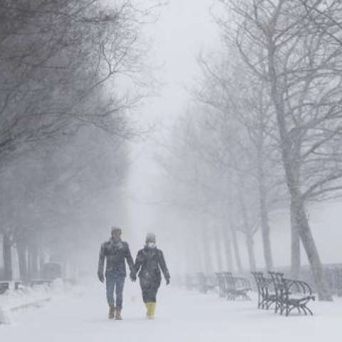 Las vías estaban cubiertas de hielo y nieve, complicando la vida de la gente que trataba de llegar a sus lugares de trabajo, mientras los expertos advertían que probablemente será la peor tormenta acaecida hasta en este invierno inusualmente templado.  AP
