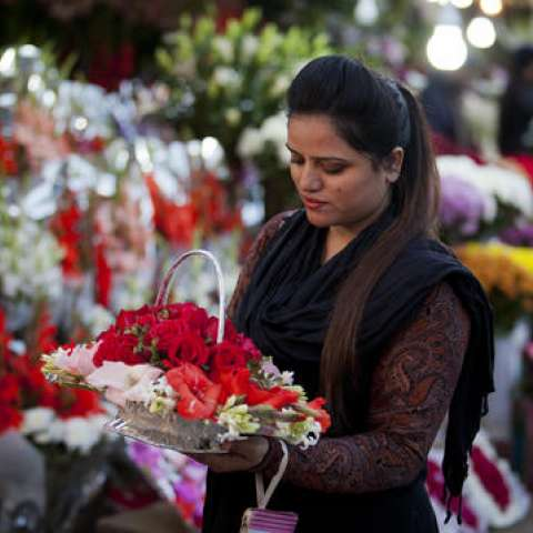 Una mujer compra flores para celebrar el Día de San Valentín, en Islamabad, Pakistán.  /  Foto: Ap