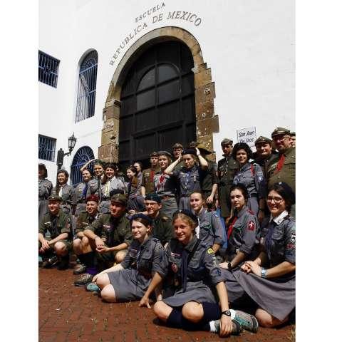 Un grupo de jóvenes Scout voluntarios procedentes de Polonia posan para una foto en la entrada de la Escuela República de México. Foto: Edwards Santos