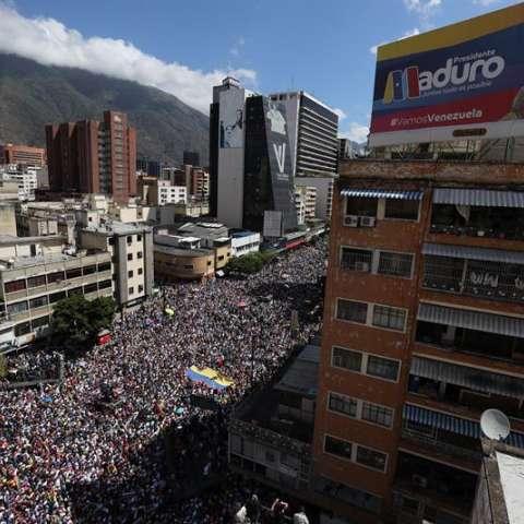 La oposición reclama, entre otras cosas, el ingreso de la ayuda humanitaria que ya se acopia en la colombiana ciudad de Cúcuta,  en una marcha contra el Gobierno del presidente de Venezuela, Nicolás Maduro, en Caracas (Venezuela). EFE