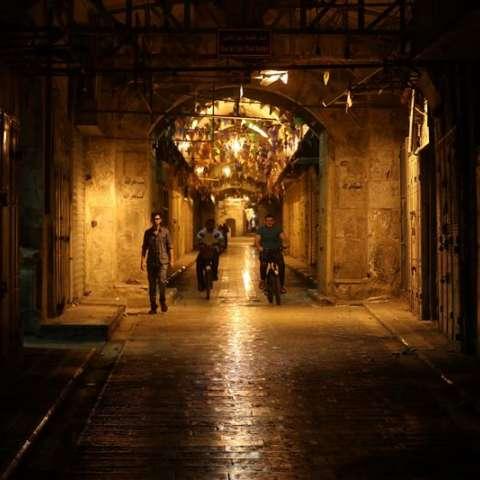 Un grupo de palestinos camina por una calle vacía durante el mes sagrado islámico de Ramadán,, en la ciudad de Nablus (Gaza y Cisjordania). Foto: EFE