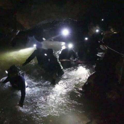 """""""La octava persona salió y por hoy ha terminado el operativo"""", comentó Sitthichai Klangpattna, jefe de escuadra de la Armada de Tailandia, a The Associated Press. """"Cuatro niños fueron rescatados hoy"""". AP"""