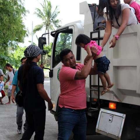 En la región de Cagayan, donde se ubica la provincia de Isabela por la que entró Yutu temprano esta mañana a Filipinas, han tenido que abandonar sus hogares unas 7.400 personas, albergadas en 31 centros de evacuación. EFE
