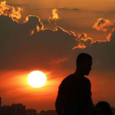 Un hombre observa la puesta de sol durante la Copa Mundial de fútbol 2018 en Kazán, Rusia. AP