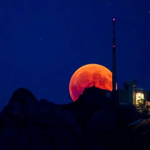 La luna de sangre se eleva detrás del Saentis (2502m) Alpstein, Cantón de Appenzell, Suiza, el 27 de junio de 2018, en la noche del eclipse lunar total más largo del siglo XXI. (Suiza). EFE