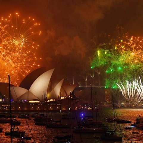 Los fuegos artificiales iluminan el puerto de Sydney durante las celebraciones del Año Nuevo, en Sydney, el 31 de diciembre del 2017. EFE