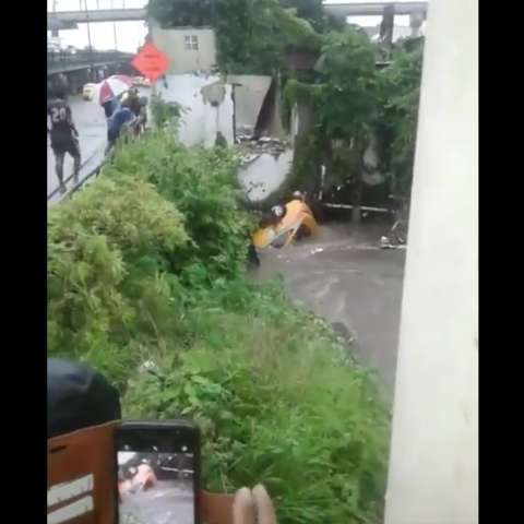 Taxi que es arrastrado por la corriente de una quebrada en San Miguelito tras la fuerte lluvia que cayó en varios puntos de Panamá.  Captura de video: @TraficoCPanama