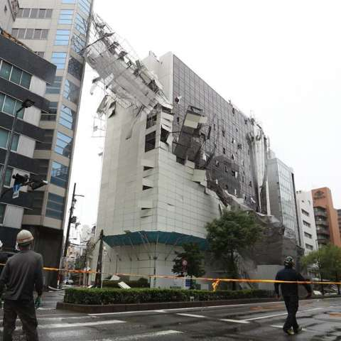Imagen de los daños en un edificio después de que un andamio cayese como consecuencia de las fuertes rachas de viento por el tifón Jebi, en Osaka, Japón. EFE