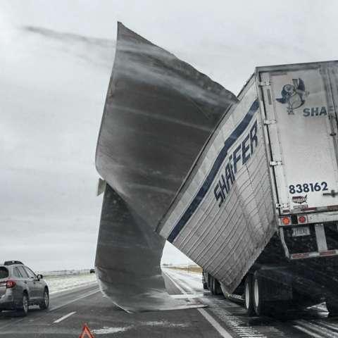 El área de Chicago se cerró de golpe con un pie (30 centímetros) de nieve, y las condiciones de estancamiento se detuvieron en el tráfico de pasajeros en las carreteras.  AP