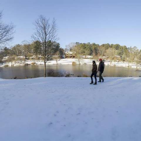 Dos personas caminan sobre la nieve después de la tormenta de nieve que azotó a Avondale Estates, en Atlanta, Georgia (Estados Unidos. La tormenta ha llevado al estado de emergencia en las provincias del norte de Georgia. EFE