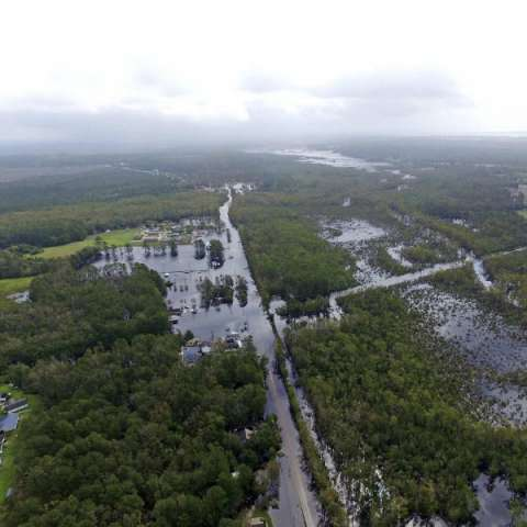 Los meteorólogos dijeron que se esperaba que gradualmente acelerara la velocidad de avance y completaran una gran vuelta hacia el noreste, que puede llegar a tener hasta 6 pulgadas (15 centímetros) de lluvia. AP