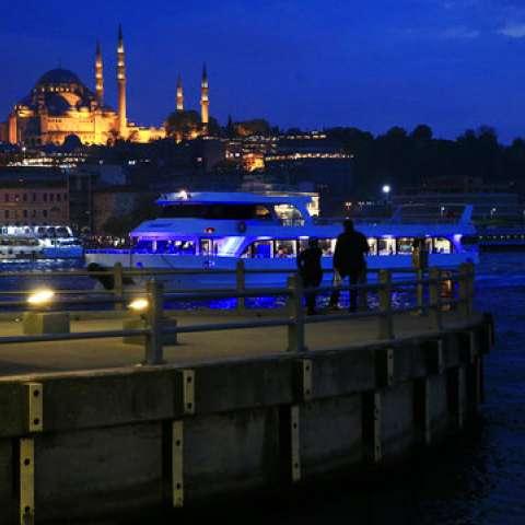 Personas de la mezquita de Suleymaniye mira un barco mientras que cruza debajo del puente de Galata sobre el cuerno de oro de Estambul.  /  Foto: AP