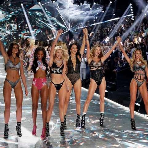 Varias modelos posan en la pasarela durante el desfile de la empresa de lencería Victoria's Secret, celebrado en Nueva York, EE.UU., el 8 de noviembre del 2018. EFE