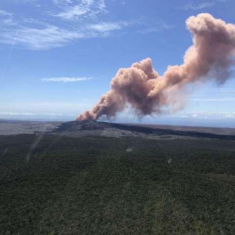 Después de una semana de sismos y advertencias, la erupción que inició el jueves lanzó lava por los aires desde una cuarteadura en una calle y formó un río de roca incandescente que serpenteaba por un bosque. AP