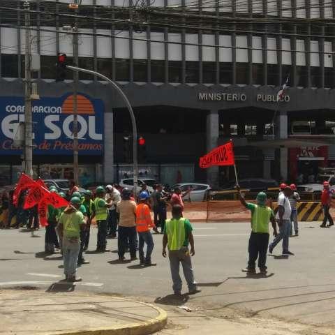 Vista general de la protesta que realizaron miembros del Suntracs y Frenadeso, en Vía España a la altura del edifico Avesa.  /  Foto: Jesús Simmons