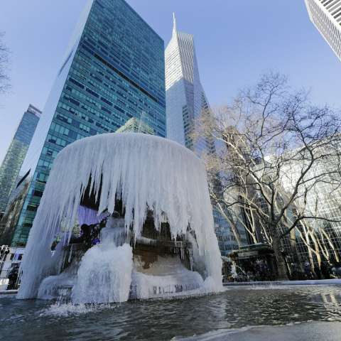 Los peatones pasan por una fuente de agua congelada en Bryant Park el jueves 31 de enero de 2019, en Nueva York. AP