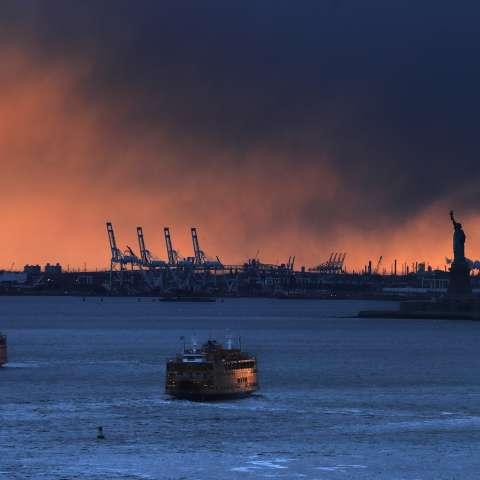 Dos Ferries de Staten Island atrapan los últimos rayos del sol poniente mientras cruzan las rutas cuando uno sale y el otro llega a la terminal inferior de Manhattan. /  AP