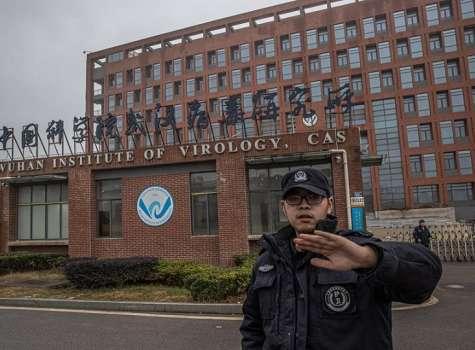 Un agente de seguridad impide tomar imágenes en el exterior del Instituto de Virología de Wuhan, China. EFE