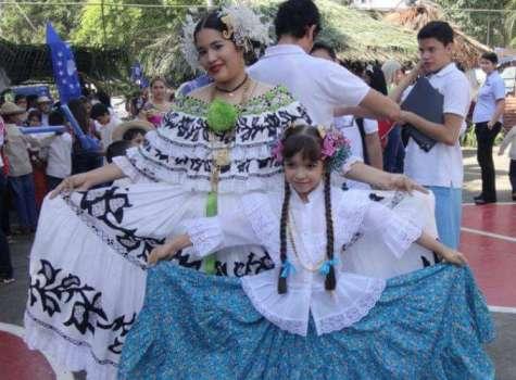 La nieta de la artesana Lucina Domínguez luce la pollera original que confeccionó hace 40 años. Foto: Cortesía