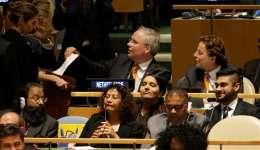 El embajador holandés ante la ONU, Karel van Oosterom (c), vota para la elección de los cinco nuevos miembros no permanentes del Consejo de Seguridad en la sede de la ONU, en EE.UU.  /  Foto: EFE