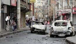 Vecinos del distrito de Baglar abandonan la zona con sus pertenencias tras ataques entre las fuerzas especiales turcas y miembros del Partido de Trabajadores de Kurdistán (PKK) en Diyarbakir (Turquía).  /  Foto: EFE
