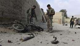 Miembros de las fuerzas de seguridad afganas inspeccionan una motocicleta destruida como parte de una operación contra militantes del Daesh (acrónimo del EI en árabe) en Khot, Afganistán, el pasado martes.  / Foto: EFE