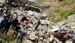 Miembros de los servicios de emergencia en el lugar donde se estrelló un autobús en Nepal en un accidente similar el año pasado.   /  Foto: EFE Archivo
