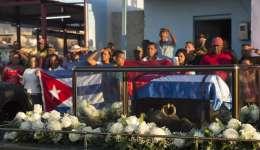La caravana que traslada los restos del líder de la revolución cubana, Fidel Castro, se dirige hacia el cementerio Santa Ifigenia en Santiago (Cuba) donde los restos del expresidente cubano serán enterrados hoy en una ceremonia privada. EFE