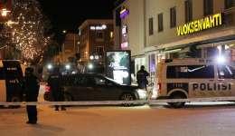 La policía inspecciona un sitio donde un pistolero dispara a tres personas muertas frente al restaurante Vuoksenvahti en un pequeño pueblo de Imatra, al sureste de Finlandia, EFE