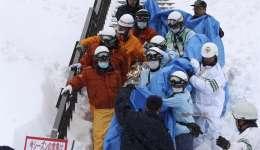 Policías y bomberos evacúan a un estudiante herido en Nasu, prefectura de Tochigi (Japón), después de que al menos ocho adolescentes fallecieran y otras treinta personas resultaran heridas por una avalancha que sorprendió a un grupo de estudiantes. / EFE