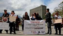 Un grupo de personas protesta frente al complejo judicial de Paloquemao, donde se realizó la lectura del fallo al arquitecto colombiano Rafael Uribe Noguera hoy, miércoles 29 de marzo de 2017, en Bogotá (Colombia). EFE