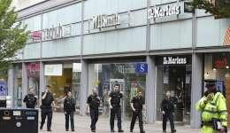 Policías británicos caminan junto al centro comercial Arndale cerca del MEN Arena en Manchester (Reino Unido) este 23 de mayo. EFE