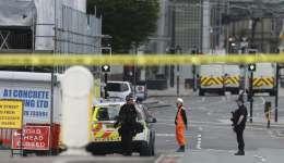 Policías patrullan los alrededores del Manchester Arena, horas después de que un terrorista suicida hizo explotar un artefacto de fabricación casera durante la celebración de un concierto de la cantante estadounidense Ariana Grande. Foto: EFE