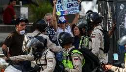 Oficiales de la Policía Nacional Bolivariana discuten con un grupo de manifestante durante una protesta  en Caracas (Venezuela). EFE