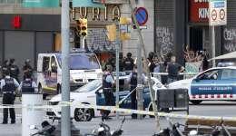 Despliegue policial en el lugar del atentado ocurrido hoy en las Ramblas de Barcelona. EFE