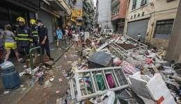 Destrozos en una calle tras el paso del tifón Hato en Macao (China).  /  EFE