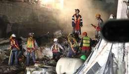 Brigadas de rescate continúan con las labores de búsqueda bajo los escombros hoy, martes 26 de septiembre de 2017, en el edificio colapsado de la avenida Álvaro Obregón de Ciudad de México (México).  /  EFE