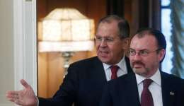 El ministro de Asuntos Exteriores, Sergéi Lavrov (i), da la bienvenida a su homólogo mexicano, Luis Videgaray Caso, antes de su reunión en Moscú, Rusia, hoy 17 de noviembre de 2017. EFE