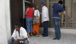 Fotografía en la que se observa a varias personas al hacer fila ante un cajero electrónico en Santa Clara (Cuba).  /  Foto: EFE Archivo