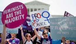 Activistas a favor del aborto celebran a las puertas del Tribunal Supremo tras conocerse la decisión de la corte en el caso Salud Femenina vs. Hellerstedt hoy, 27 de junio de 2016.  /  Foto: EFE