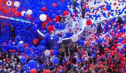 La candidata presidencial demócrata Hillary Clinton y su compañero de fórmula a la vicepresidencia el senador Tim Kaine, D-Va., se destacan en un mar de globos en la celebración de la Convención Nacional Democrática en Filadelfia.  /  Foto: AP