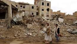 Dos hombres pasan por delante de las ruinas de un edificio destruido por un bombardeo de la coalición árabe liderada por Arabia Saudí en Saná, Yemen.  /  Foto: EFE Archivo