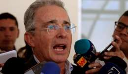 El expresidente y ahora senador de Colombia Álvaro Uribe Vélez da declaraciones a los medios de comunicación.  /  Foto: EFE Archivo