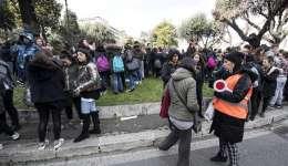 Estudiantes y profesores permanecen en los alrededores del colegio Machiavelli tras registrarse un terremoto de 5.6 de magnitud en Roma (Italia) hoy, 18 de enero. EFE