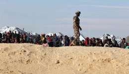 Refugiados sirios esperan en la frontera noroccidental de Jordania con Siria. EFE/Archivo
